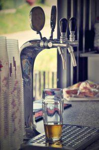 עמוד בירה ממערכת מזיגה לבירה
